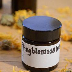 Ringblomssalva läker sår snabbare och är perfekt mot torra, kalla kinder när man är ute i kylan. Medicinal Herbs, Wicca, Beauty Products, Remedies, Spa, Mugs, Natural, Tableware, Mug