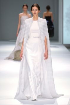 If you're familiar with British fashion designer Ralph and Russo, you know their work is as couture as it gets. Their intricately tailored gowns are the epitome of modern femininity White Fashion, Look Fashion, Fashion Show, Fashion Spring, Men Fashion, Fashion Tips, Beautiful Gowns, Beautiful Outfits, Couture Fashion