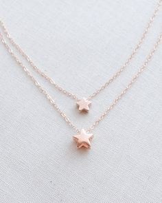 Superstar Necklace y Olive Yew features a double strand and 2 stars. Choose from rose gold, gold or silver.