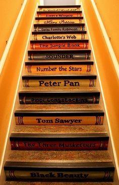 Bücher und Treppen