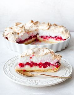 Tart with merengue and red berries No Bake Desserts, Just Desserts, Delicious Desserts, Yummy Food, Sweet Recipes, Cake Recipes, Dessert Recipes, Pavlova, Currant Recipes