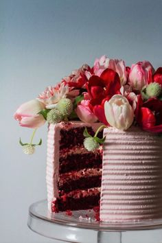 O famoso red velvet ou veludo vermelho é o bolo da moda, se você não comeu por ai aposto que deve ter tentado fazer em casa e não deu certo (tipo eu)! Eu e minha irmã tentamos fazer e minha lombrig…