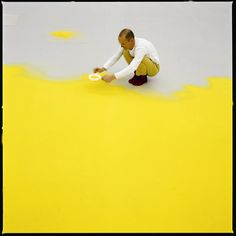 Wolfgang Laib sifting hazelnut pollen, 1992. Courtesy Sperone Westwater Gallery, New York