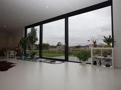 Nieuwbouw vrijstaande woning – Ypsilon architecten, driedelig schuifraam - witte gietvloer