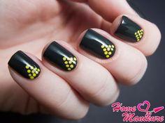 треугольный рисунок дотсом на ногтях