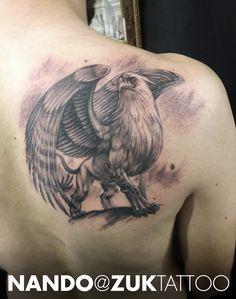 Tatuaje estilo realista de un grifo.