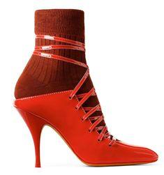 Givenchy par Riccardo Tisci  Escarpins en cuir verni, chausettes en coton