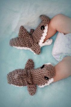 Shark Slippers// Crochet Shark Slippers// Baby shark shoes - pinned by… Shark Slippers, Baby Slippers, Crochet Slippers, Crochet Shark, Crochet Baby Hats, Crochet Lace Edging, Crochet Patterns, Irish Crochet, Crochet Doll Dress