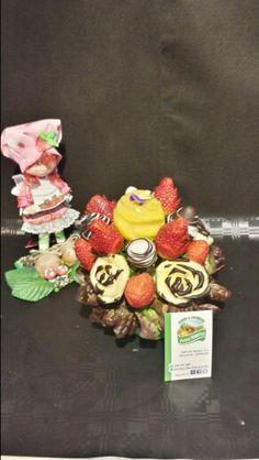 Miss tarta de fresa cuidando de sus flores frutales