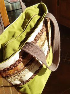Bolsa de lona feminina. Forrada, com bolso interno e fechamento com ziper. Para todas as horas. Com aplicações e rendas.