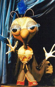 Manipulação de bonecos em várias esquetes de equilibrismo, dança e mágica aparecem na montagem Circus – A Nova Tournée, da Cia. Circo de Bonecos (Foto: Divulgação)