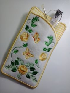 Porta-Óculos bordado.  Confeccionado em feltro com forro em tecido 100%algodão.  Serve também como porta celular.  Outras opções de cores. R$ 18,00 Embroidery Bags, Machine Embroidery, Bag Patterns To Sew, Sewing Patterns, Sewing Crafts, Sewing Projects, Sewing To Sell, Diy Handbag, Quilted Bag