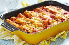 Cannelloni cu carne de vită și sos bechamel – rețetă delicioasă și simplă, pe bază de paste și carne tocată, inventată de sicilieni. O masă delicioasă, perfectă pentru o masă în familie. Da, durează mai mult ca altele, dar merită fiecare minut petrecut în bucătărie. Într-o tigaie care nu lipește, călește usturoiul și ceapa, pentru …