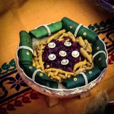 and easy betel leaves plate decoration Thali Decoration Ideas, Diy Diwali Decorations, Indian Wedding Decorations, Flower Decorations, Housewarming Decorations, Wedding Gift Wrapping, Marriage Decoration, Wedding Plates, Engagement Decorations
