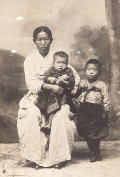 의거 다음 날인 1909년 10월27일 블라디보스토크의 일본 총영사관에서 찍은 안 의사 부인 김아려 여사( 왼쪽)와 아들 분도( 오른쪽)·준생(사진 가운데).