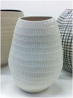 Shio Kusaka click now for info. So similar to my bedside lamps 😍 Sgraffito, Ceramic Decor, Ceramic Art, Ceramic Bowls, Pottery Vase, Ceramic Pottery, Slab Pottery, Thrown Pottery, Kintsugi