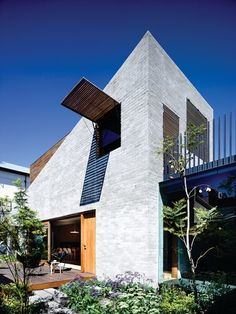 The triangular, two-storey rear addition grafts itself to the old part of the house, rising up to the west.