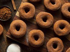 Homemade Donuts: How to Make Vegan Pumpkin Doughnuts With Cinnamon-Sugar Dust! Apple Cider Doughnut Recipe, Baked Apple Cider Doughnuts, Cinnamon Donuts, Baked Apple Dessert, Apple Dessert Recipes, Fall Desserts, Sweets Recipes, Healthy Desserts, Warm Apple Cider