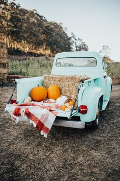 Fall Home Decor Ashley Zeal from Two Peas in a Prada shares her trip to Arata's Pumpkin farm in Half Moon Bay California. She is wearing a sweater from Express. Fall Pictures, Fall Photos, Pumpkin Pictures, Fall Mini Sessions, Pumpkin Farm, Autumn Cozy, Autumn Diys, Autumn Aesthetic, Autumn Photography