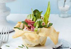 Strudelteig-Salatnester mit Schinken