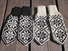 Sommersesongen er i gang,    og det trengs påfyll av Selbuvotter på Uvdalsstugu.    Denne gangen valgte jeg å strikke samme mønster,  ... Knit Mittens, Mitten Gloves, Norwegian Knitting, Fair Isle Knitting Patterns, Ear Warmers, Handicraft, Diy And Crafts, Knit Crochet, Sewing