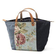Handbag - Mala de mão em sarja floral e ganga, forro interior em sarja e ganga. Pegas duplas em couro natural. Fecho de correr. Handmade - numerado. Medidas: 45x28x20cm