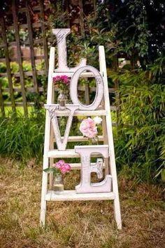 Escaleras de madera para decoración de boda campestre con un toque vintage: