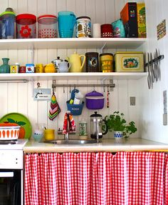 Love this kitchen - so cosy! And I happen to have many of the same tins in my collection ;)