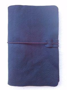 """Lindo diário em couro legítimo preto Costurado à mão.  Acompanha 100 folhas papel reciclado ou marfim  Tamanho A5  Demais cores de couro , ou couro sintético e tecido interno para revestimento, por favor verificar em """"Mostruário"""". R$ 50,00"""