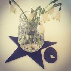 Nu er foråret kommet med vintergætter. Smukke blomster i vintage krystalvase på SEJ Design stjerne og et lille SEJ Design påskeæg ved siden af med et hjerte.