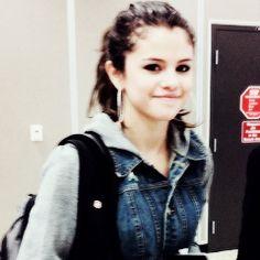Selena Gomez / Credits to @/lifelaughlouis on Twitter