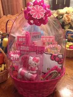 Who ever has daughters I'm instantly jelly. Girl Gift Baskets, Wedding Gift Baskets, Themed Gift Baskets, Easter Gift Baskets, Easter Projects, Easter Crafts, Hallo Kitty, Gift Card Bouquet, Diy Ostern