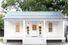 Small cottage homes - Modern White Cottage Exterior Style – Small cottage homes Small Cottage Homes, Small Cottages, Cabins And Cottages, Small Homes, Small Country Homes, Log Cabins, White Cottage, Coastal Cottage, Farm Cottage