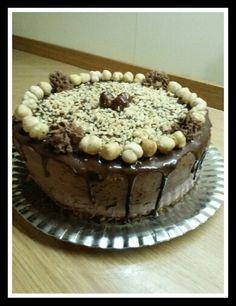 Chiffon drip cake alla nocciola con ganasce al cioccolato fondente con nocciole sbriciolate