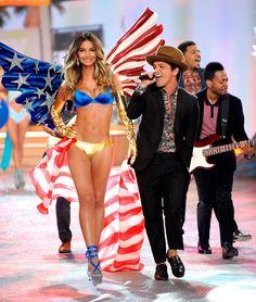 Lily Aldridge y Bruno Mars La magia del desfile de Victorias Secret 2012