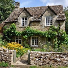 House goals: A little stone cottage in the Cotswolds, England—preferably this exact one 😉 Photo: by countryhomemagazine