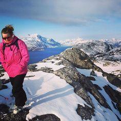 Fyraften i solskin og med skiene på nakken til lille Malene ⛷ #Lillemalene #Sisorarfiit #Hikingup #Skiingdown #Alpine #Perfektfyraften #Solskin #Justbeforesunset #Snartsommer #Greenlandpioneer #Pinkpinkpink #Nuuk #Qinngorput #Greenland