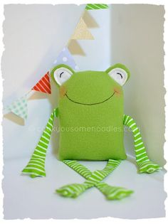 Fabric Baskets--easy to make Sewing Toys, Baby Sewing, Softies, Homemade Stuffed Animals, Diy Bebe, Fabric Animals, Cute Frogs, Operation Christmas Child, Fabric Toys