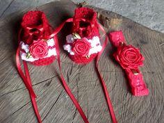 Sapatinho confeccionado em crochê em fio próprio para bebê.  detalhes - rosa cetim ( sapatinho e faixa), perolas vermelhas.  cor - vermelho  tamanhos - RN / 1 a 3 / 3 a 6 / 6 a 9 meses R$ 49,90
