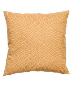 Antracitgrå. Ett kuddfodral i bomullscanvas med tryckt mönster på framsidan. Dold dragkedja.