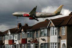 Gulf Airin lentokone kaartaa esikaupunkialueen yli laskeutuessaan Heathrown lentokentälle Lontoossa.