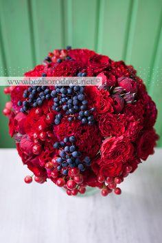 Красный осенний букет из пионовидных роз  с целозией, ягодами гиперикума и девичьим виноградом