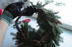 Näin teet jouluisen kranssin – ÄKS Handicraft, Christmas Wreaths, Holiday Decor, Home Decor, Craft, Decoration Home, Room Decor, Arts And Crafts, Home Interior Design