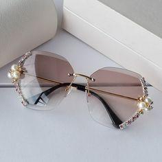 Luxury Sunglasses, Stylish Sunglasses, Sunglasses Women, Retro Sunglasses, Glasses Frames Trendy, Cute Glasses, Womens Glasses, Ladies Glasses, Glasses Trends