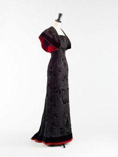 Balenciaga, Boléro et robe fourreau 1947-1948, Lainage noir, velours de soie noir et rouge, broderies d'applications de velours, broderies de perles et tubes de jais.
