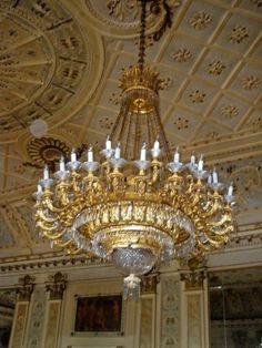Lampadario antico Castle, Chandelier, Ceiling Lights, Night, Home Decor, Candelabra, Decoration Home, Room Decor, Chandeliers