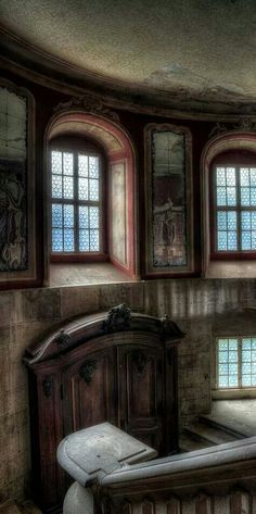 . Abandoned Castles, Abandoned Places, Home Structure, Old Mansions, Old Buildings, Mobile Home, Creative Home, Old Houses, Decay