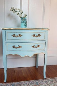 Love this pale blue side table with gold gilded edges. Tres chic