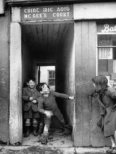 Children playing at the entrance to McGee's Court slum on Camden Street,Dublin,Ireland, 1948 Photo: Tony Linck Camden Street, Dublin Street, Dublin City, Old Pictures, Old Photos, Ireland Pictures, Vintage Pictures, City Photography, Children Photography