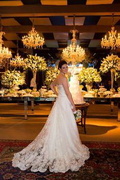 Vestido de noiva clássico de renda tomara que caia - casamento em Uberaba ( Foto: Fernanda Scuracchio | Vestido: Luciana Colelt )